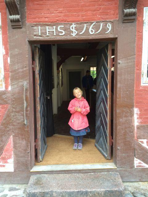 Indgangen til Køge Museum - med husets oprindelsesår skrevet over døren